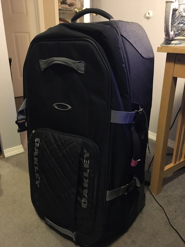 17477158f2 Oakley Large travel bag for Sale in Everett, WA - OfferUp