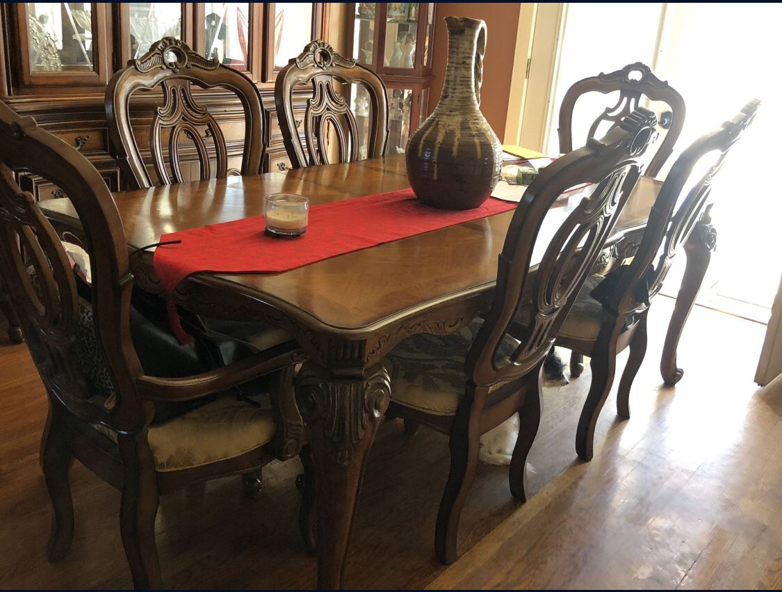 Dining room table and China. Excellent condition