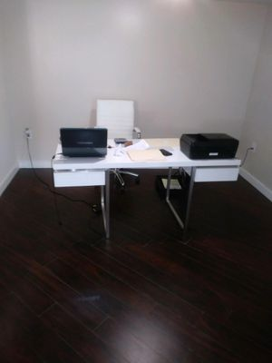Like New Desk and matching chair for Sale in Miami, FL
