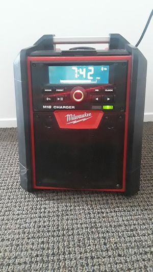 Photo Milwaukee radio bluetooth m18 semi nuevo tool only