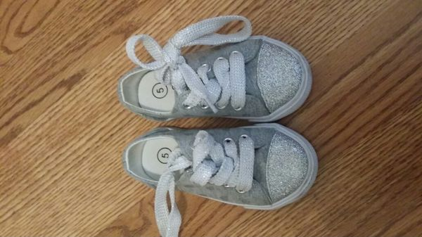 604852ccfb5f Silver sparkle size 5 toddler shoes for Sale in Modesto