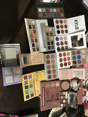 Makeup,brushes and vanity mirrors for Sale in Dallas, TX