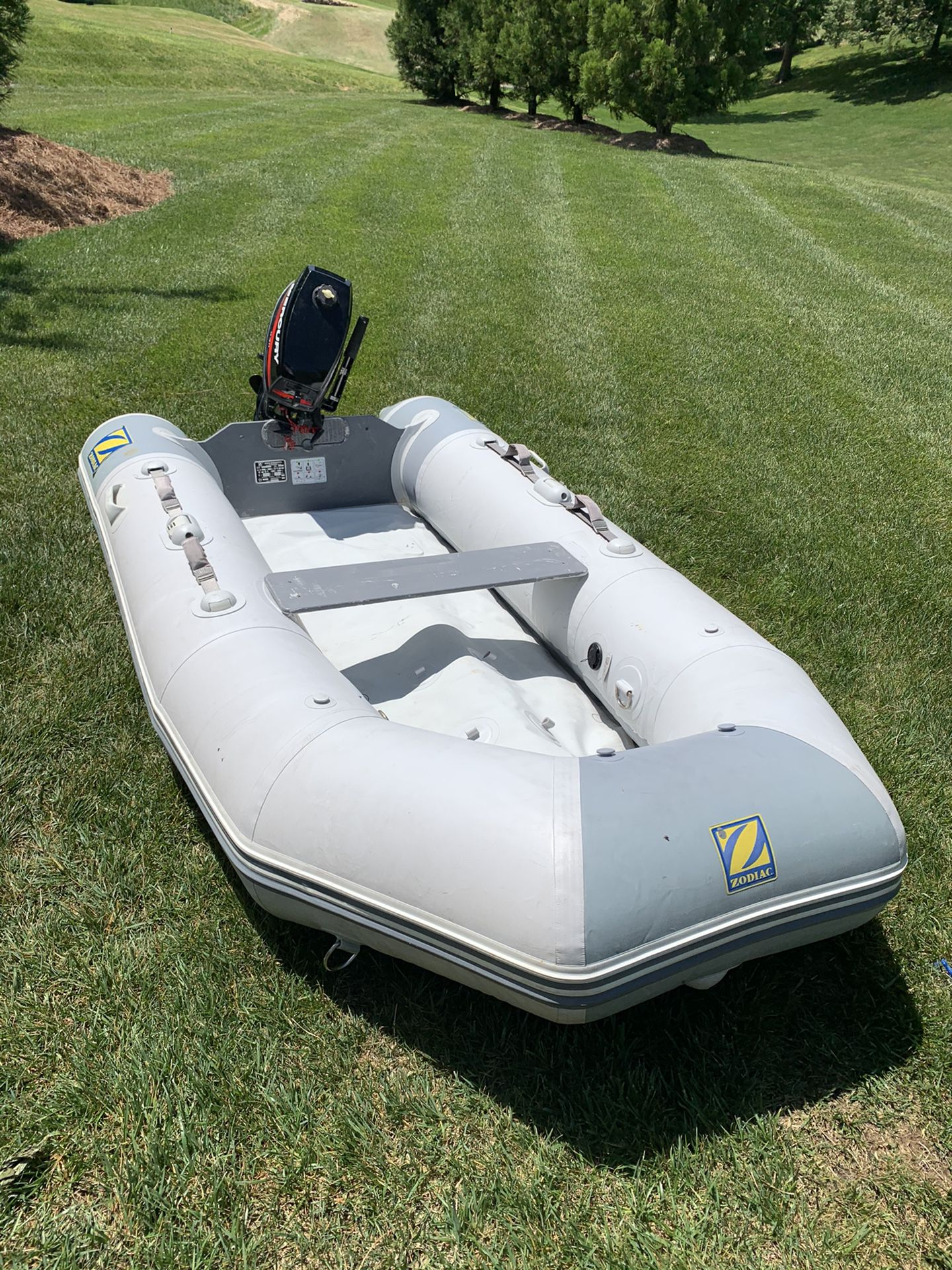Photo 10 ft Zodiac Inflatable Boat 5 HP Mercury Engine