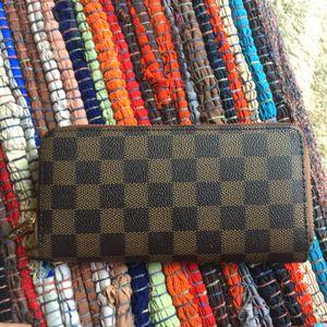 Louise Vuitton lv zippy wallet purse handbag for Sale in Silver Spring, MD