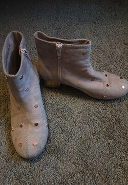 Children place girl shoes Thumbnail