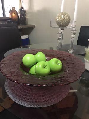 Bonito Frutero grande de vidrio y 6 manzanas falsas for Sale in Las Vegas, NV