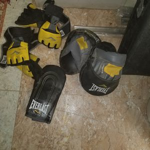 Photo Everlast 80lb heavy bag and sparring accessories