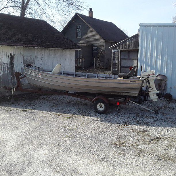Photo Aluminum 14 Ft Boat With Trailer,Fish Finder, Fuel Tank, 15 Hp Johnson Motor. New Tires On Trailer