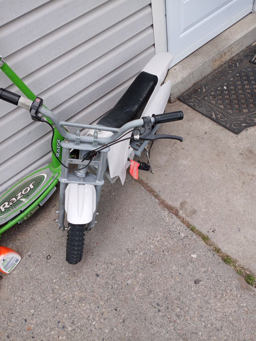 Photo Razor Motorcycle With Charger