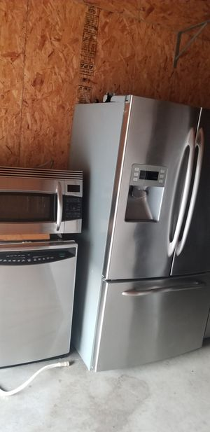 Photo GE Profile stainless steel appliances