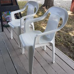 2 kids size rubbermaid outdoor chairs Thumbnail