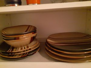Photo Better homes brown striped plate set with pioneer woman 3 mixing bowl set.