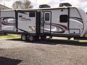 Photo 2015 travel trailer 32 foot sleeps six $13400