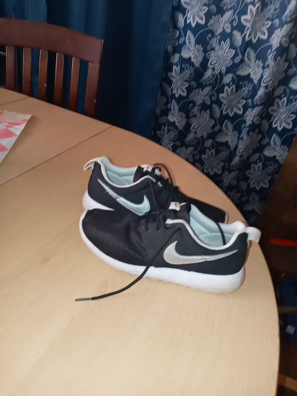 Nike freerunners size 5Y