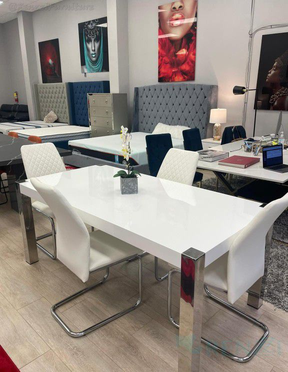 Dining Set º Financing Available