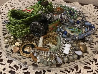 1 Lb 10.2 oz of Broken and Incomplete Vintage & Modern Jewelry for Repair or Arts & Crafts / Joyas Rotas o Incompletas para Arte y Manualidades  Thumbnail
