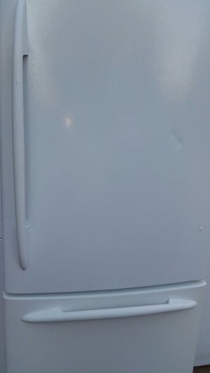 Refrigerator bottom freezer like new 4 months warranty for Sale in Alexandria, VA