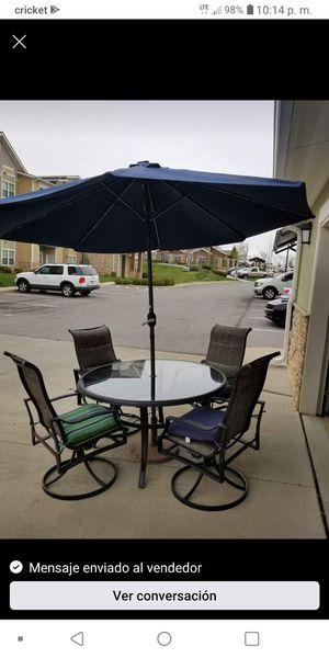 Photo HAMPTON BAY patio set and new umbrella