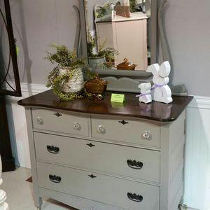 Photo Antique 4-drawer Dresser with Mirror