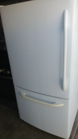 Ge bottom freezer fridge. Great condition for Sale in Clinton, MD