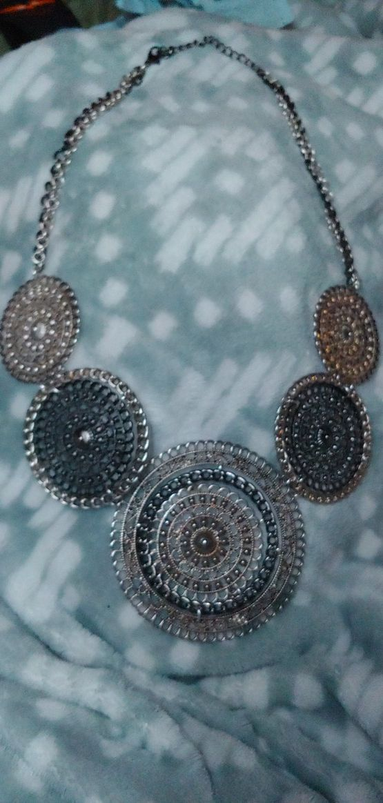A necklace for those who love silver and gold