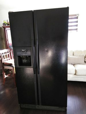 Whirlpool Black refrigerator. Fridge for Sale in Cerritos, CA