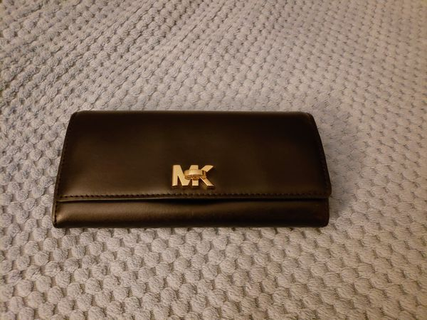b8807fc1362e black and gold Michael Kors lockable wallet for Sale in Fayetteville ...