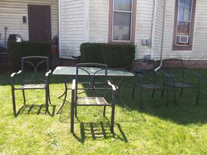Photo NICE GLASS PATIO TABLE WITH 4 CHAIRS