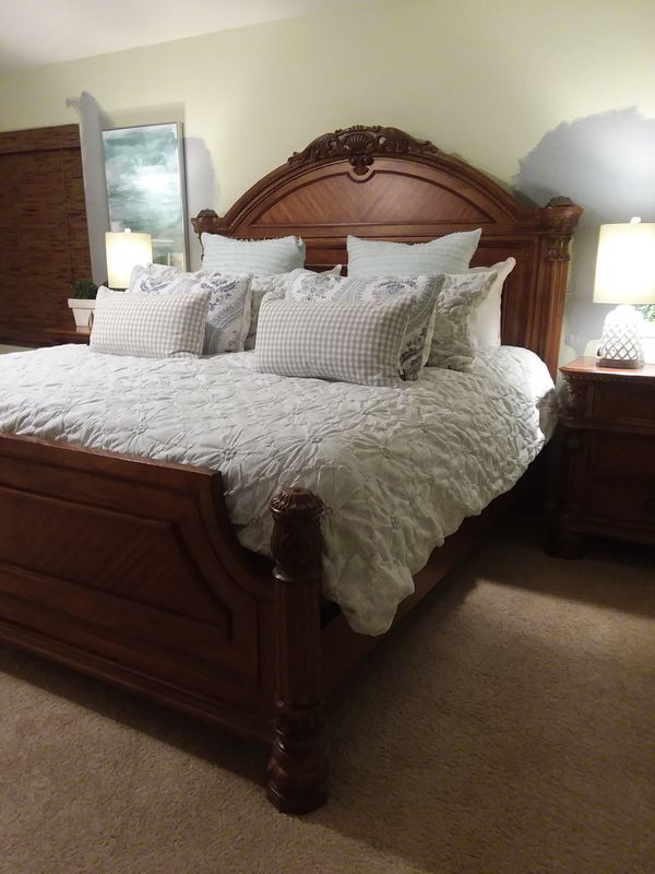 Upscale 7 piece king size bedroom furniture set for Sale in Maricopa, AZ -  OfferUp