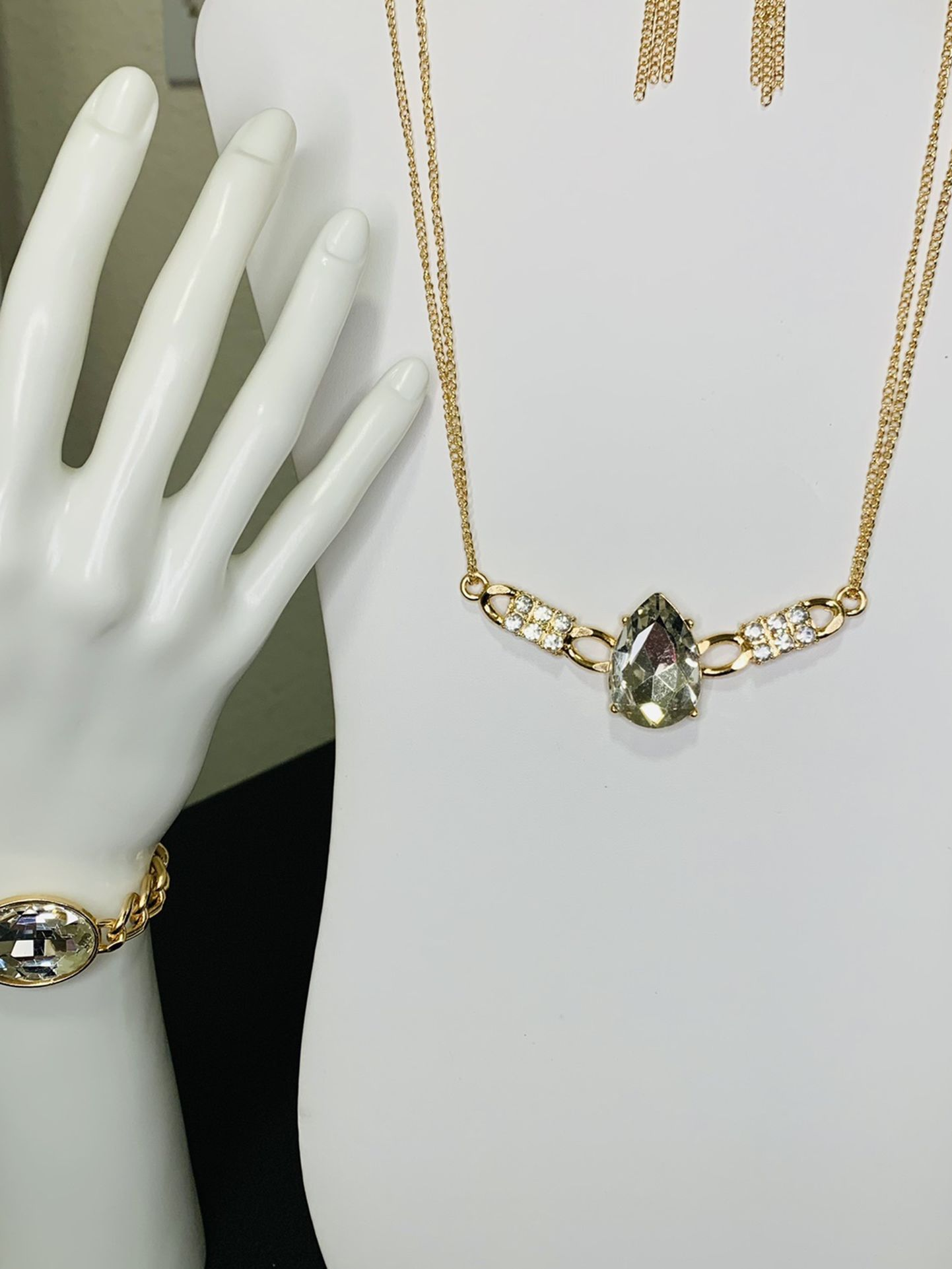 2- piece Set beautiful fine jewelry does not give you allergy, free of lead and nickel ..Hablo Español