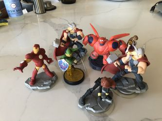 Wii U infinity game with pad and 7 figurines. Thumbnail
