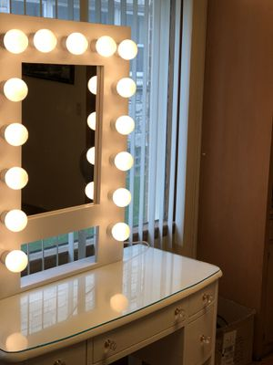 White mirror Vanity with lights for Sale in Milwaukee, WI