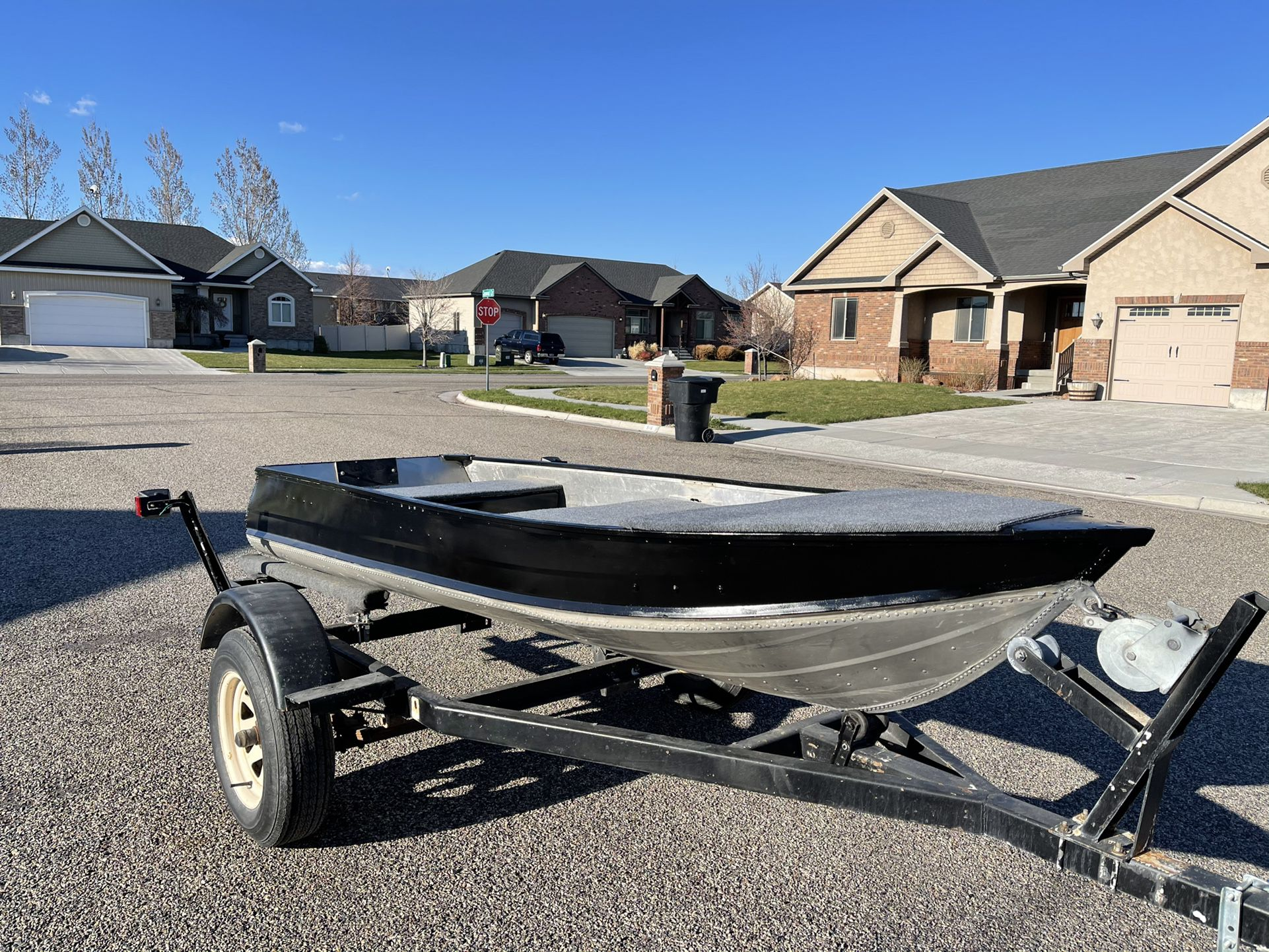 Photo 12ft Jon boat with trailer