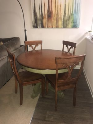 Photo Antique Pier 1 dinning table and chair set