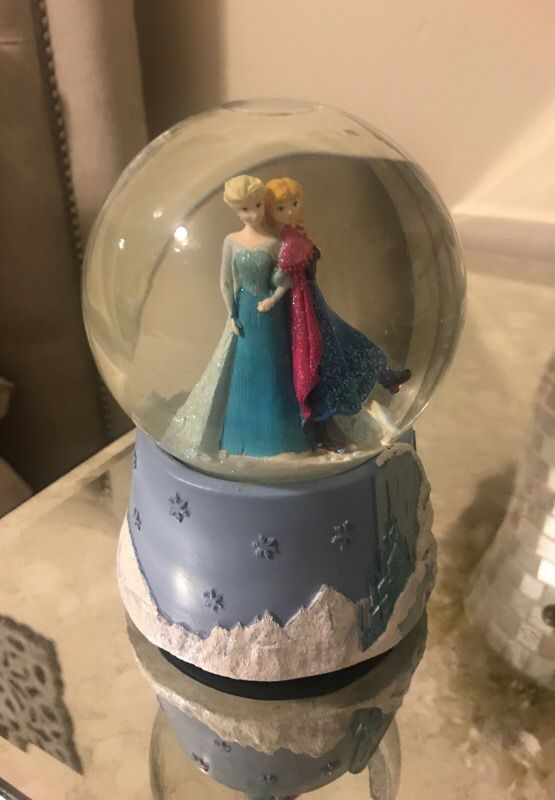 Frozen musical snow-globe