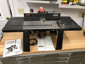 Photo Craftsman deluxe router table and router.