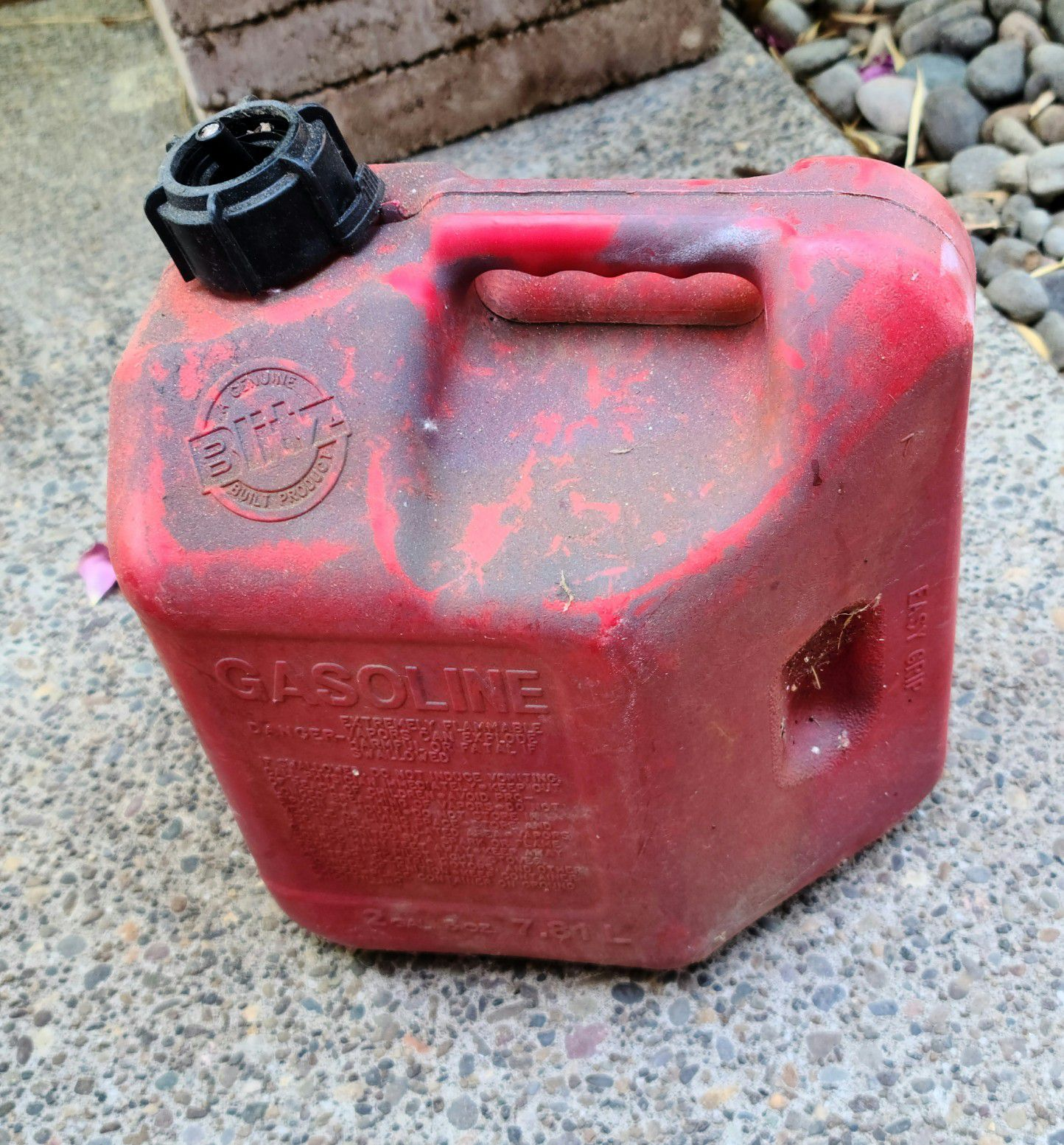 Gas can, 2 gallon capacity