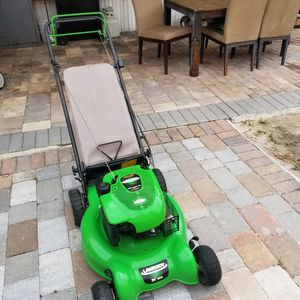 Photo Lawn boy lawn mower almost brand New runs pretty strong everything works perfectly fine self proppel 20in