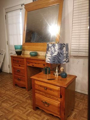 Photo BROYHILL dresser/vanity/desk with mirror & night stand, all drawers working well, see the pictures well. Dre