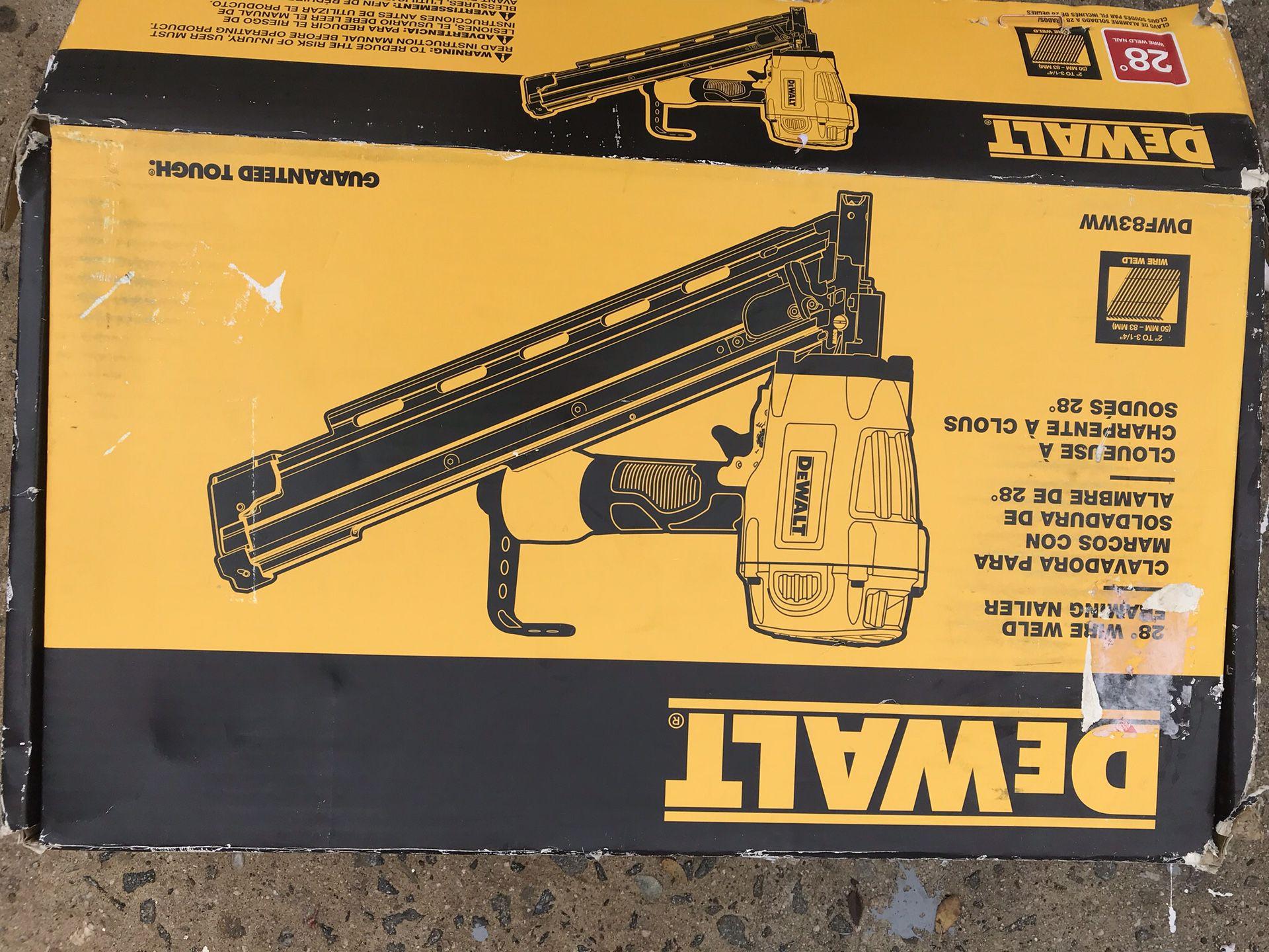 Esta nuevo este pistola de clavos de 21