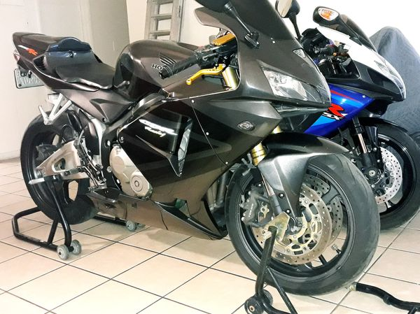 Sell honda cbr 600rr 2005 clean title, very good conditions, new oil, new filters,new tires, sprocke