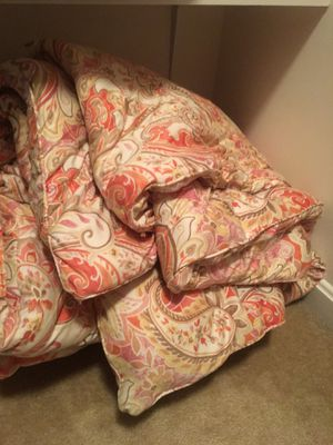 Bedspread (queen size) with 2 matching shams and 2 pillows for Sale in Haymarket, VA