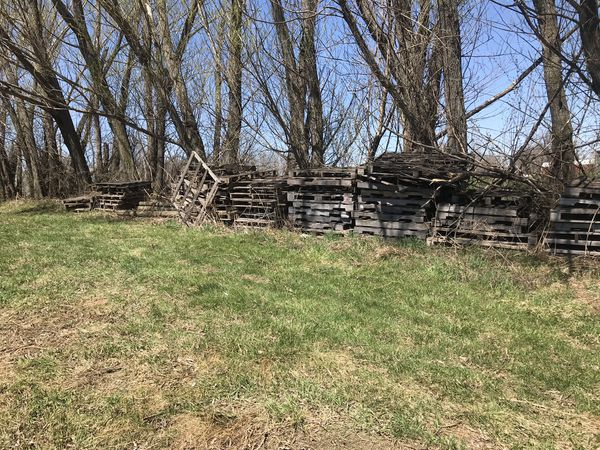 Free pallets lots and railroad ties for Sale in Spring Hill, IA