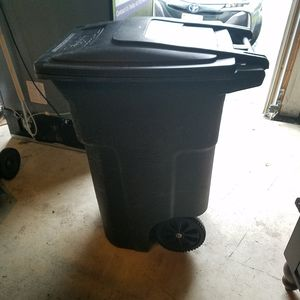 64 gallon durable trash can with wheels for Sale in Leesburg, VA