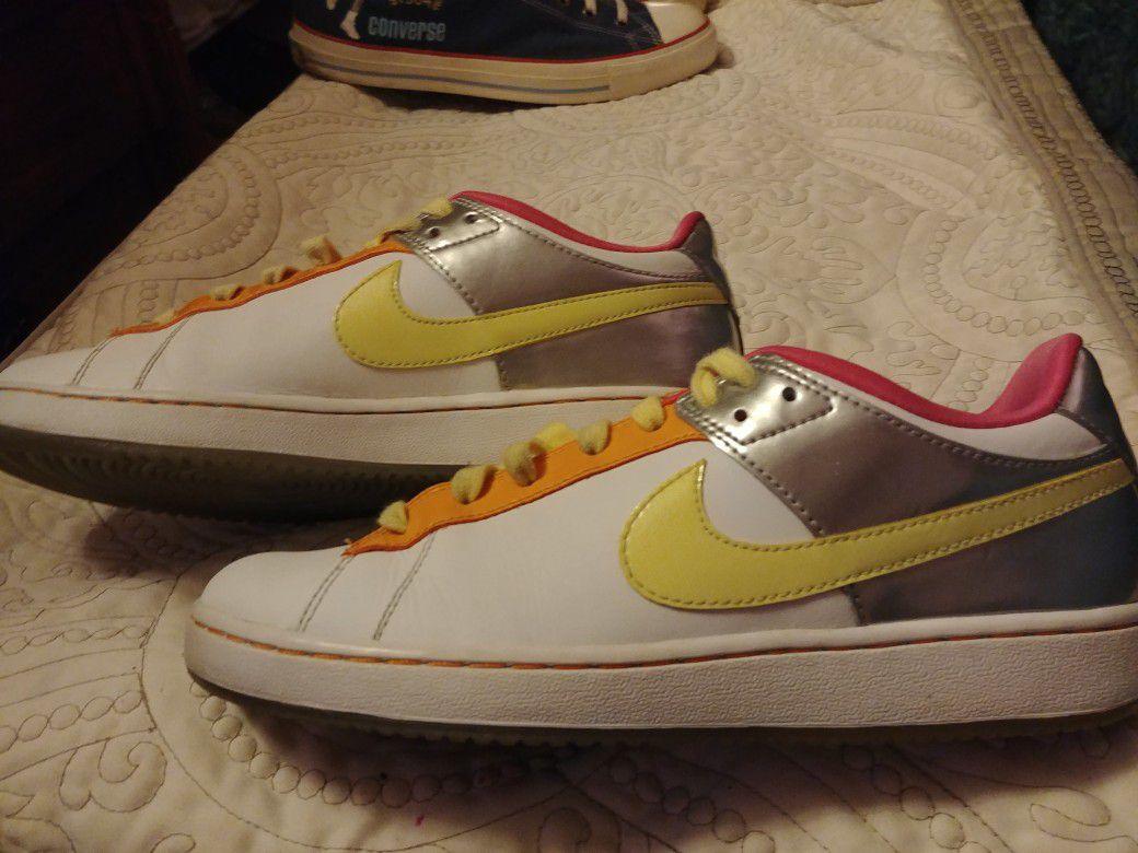 Nike Retro Rare Girls sz7 Multi Colored Sneaker