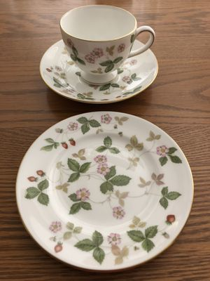 Photo Wedgwood Bone China Wild Strawberry Tea Cup, Saucer, and Bread Plate.