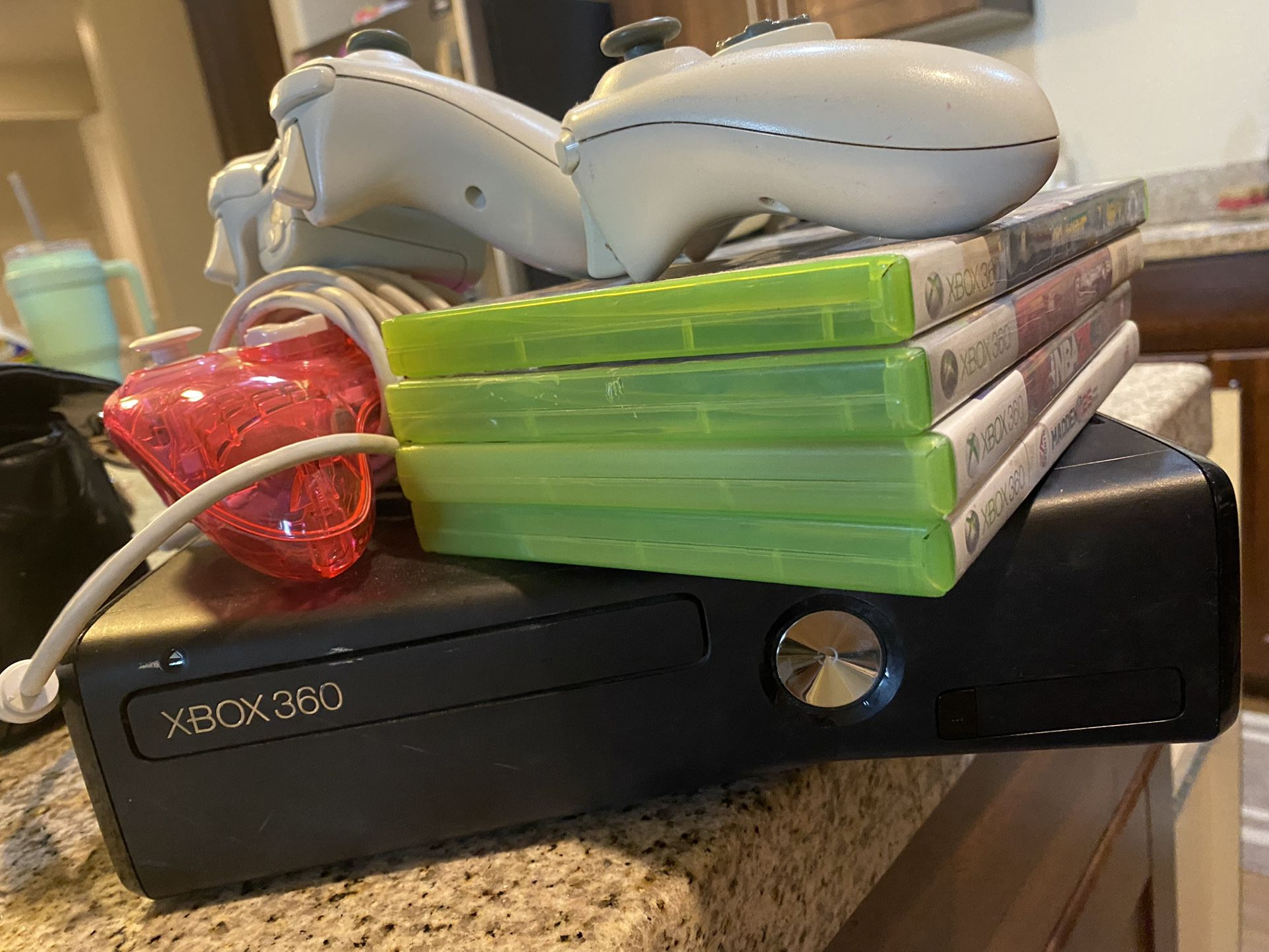 Xbox 360, 5 remotes, 4 Games
