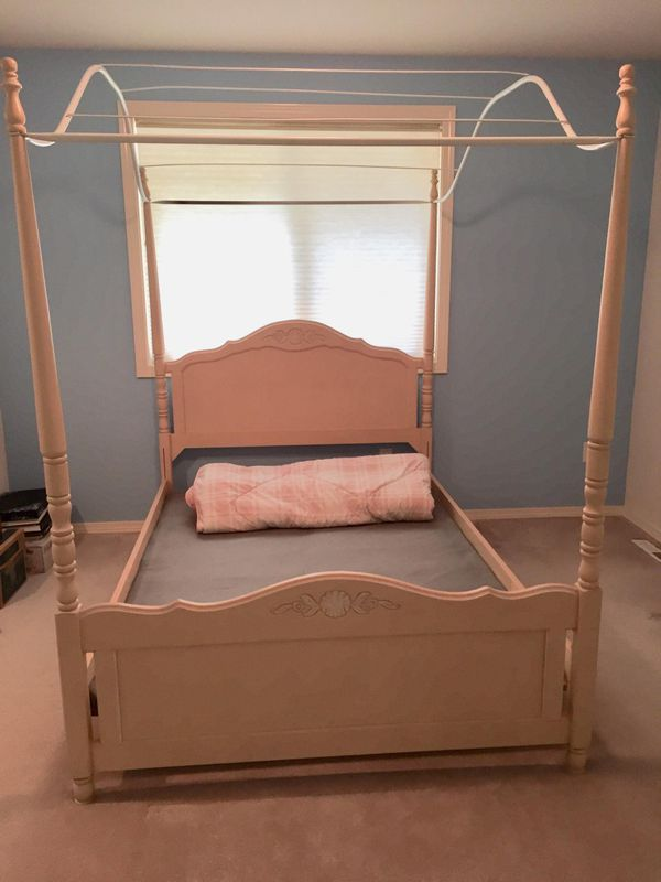 Full size canopy bed for Sale in Snohomish, WA - OfferUp