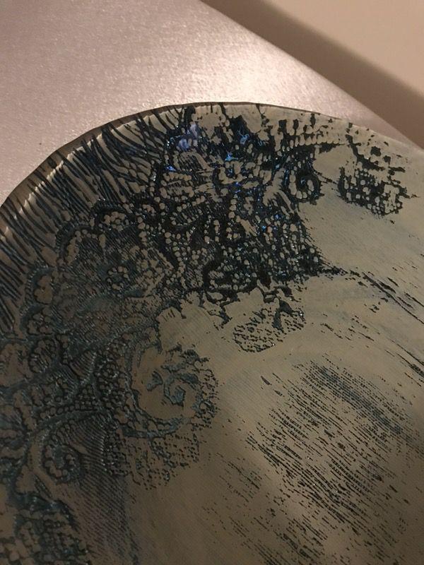 Exquisito plato decorativo en cristal en color teal y gris