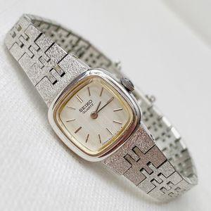 Photo Vintage Seiko 1984 Women's Retro Silver Watch 6 MAX WRIST!!